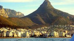 O pico bem atrás da Cidade do Cabo: Cape Town.