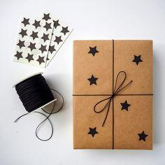 черные звезды на упаковочной бумаге для новогодних подарков