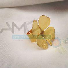 Bello anillo de latón trabajado, bañado en oro, en forma de #trébol.  #AMC #AnnaMariaCavallo #accesorios #woman #orfebrería #design #style #fashion #moda #beauty #love #DiseñoNacional #love #instafollow #designersvenezuela #mmodavenezuela