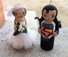 Novios personalizados para tarta de boda. Elaborados sobre soporte de madera de haya y pintados con pintura acrílica. Tienen una capa de barniz ecológico para proteger las figuras.