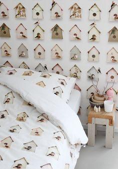 Het blijf mooi het #behang van #StudioDitte. #meisjeskamer #roze #accessoires #vogelhuisjes