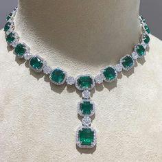 @anna_shia. Emerald diamond necklace #necklace #greens #dia #diamond #jewelry #need #luxury #lucky #design #designer #beauty #beautifull #fashion #fashionshow #gold #good