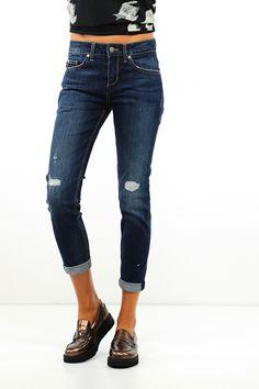 Jeans in cotone elasticizzato a cinque tasche con strappi sulla lunghezza e risvolti sul fondo. Disegno sulla tasca sul retro con strass. COLORE: BLUE REPARTO: Abbigliamento STILISTA: LIU.JO