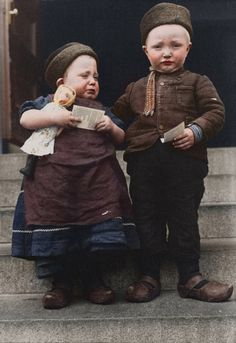 Ellis Island Portraits Dutch siblings from the Island of Marken, holding religious tracts. Ellis Island, New York. (Once an immigration center) Vintage Pictures, Old Pictures, Old Photos, Rare Photos, Fotografia Retro, Ellis Island Immigrants, Vintage Illustration, Colorized Photos, Portraits