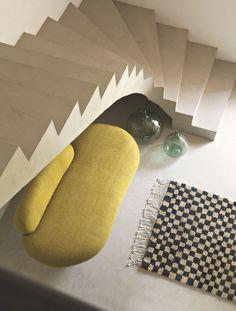 Dans la chambre parentale, Marie-Laure Helmkampf a créé un élégant escalier, tout en courbes et en béton coulé sur place, qui grimpe vers le bureau en mezzanine. Banquette en toile végétale Tinja et tapis aux Affaires Étrangères.