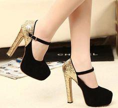 Sapato com salto grosso dourado