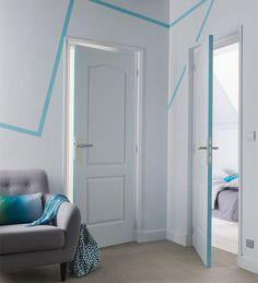 Suivez la ligne ! Pour animer un mur blanc, une ligne de couleur, qui semble se perdre dans les murs, attrape le regard. Les arrêtes des portes sont peintes de la même couleur pour les faire ressortir comme un élément de déco à part entière. http://www.castorama.fr/store/pages/idees-decoration-facile-jouer-peinture.html