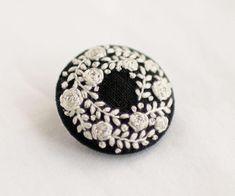 * . 白い花のブローチ . . #刺繍#手刺繍#ステッチ#手芸#embroidery#handembroidery#stitching#needlework#자수#broderie#bordado#вишивка#stickerei