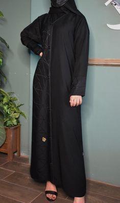 عباية مضاف عليها قماشان موديل حديث تحتوي على عدة مقاسات متوفرة ومناسبة للجميع المقاسات 52و54 و56 و58 و60. High Neck Dress, Womens Fashion, Skirts, Clothes, Dresses, Turtleneck Dress, Outfits, Vestidos, Kleding