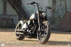 Mit diesem Projekt Bike aus der Harley Softail Baureihe lehnten wir uns an die berühmte Knucklehead Vintage Optik an. Viele der Verbauten Parts lässt optisch an die alten Tage der Old School Bikes erinnern. Trotz der Vintage-Optik basiert das Bike auf neuster und solider Harley-Davidson Technik, denn Getriebe und Rahmen der Softail blieben unangetastet.
