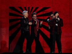"""Os U2 lançaram um novo álbum, """"Songs of Experience"""" é o 14º disco da banda irlandesa formada a 25 de setembro de 1976. O álbum foi gravado entre Dublin, Nova Iorque e Los Angeles. Cada um dos novos temas é uma espécie de dedicatória a lugares e pessoas próximos da banda. http://sicnoticias.sapo.pt/cultura/2017-12-04-Novo-album-dos-U2-e-dedicado-a-pessoas-proximas-da-banda"""