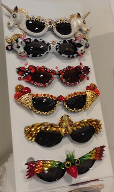 diy ideas funky embellished sunglasses inspiration A fab range of sunglasses at the MIDO optical fair Festival Looks, Diy Accessoires, Fashion Eye Glasses, Ray Ban Glasses, Ideas Geniales, Stylish Sunglasses, Diy Fashion, Fashion Outfits, Bunt