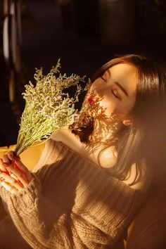 Discovered by Find images and videos about girl and flowers on We Heart It - the app to get lost in what you love. Cute Girl Poses, Cute Girl Photo, Girl Photo Poses, Girl Photos, Portrait Photography Poses, Photography Poses Women, Teen Girl Photography, Stylish Girls Photos, Stylish Girl Pic