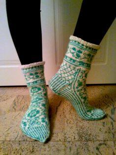 kirjoneule sukat