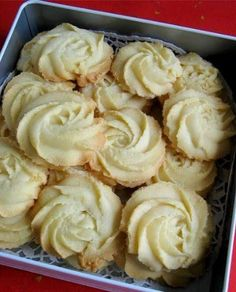 175g unsalted butter, softened at room temperature 40g icing sugar 1/2 teaspoon pure vanilla extract 175g plain flour 40g cornf...