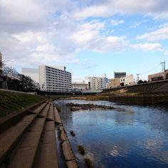 風が強くてちょっと寒い #空 #青空 #雲 #川 #午後 #冬 #もうすぐ春  #sky #afternoon #bluesky #clouds #sunnyday #winter #spring #season #japan #landscape #instaoftheday #photooftheday #picoftheday