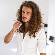 The best collection of Best Long Hair Models for Men Curled Hairstyles, Hairstyles Haircuts, Haircuts For Men, Medium Hairstyles, Wedding Hairstyles, Growing Your Hair Out, Grow Long Hair, Wavy Hair Men, Long Wavy Hair