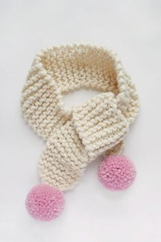 Knit this kids perfect pom pom scarf in the perfect toddler child size with the most beautiful poms! Free knitting pattern and video tutorial from Sewrella + Knifty Knittings! Beginner Knit Scarf, Easy Knitting, Knitting For Kids, Knitting For Beginners, Simple Knitting Projects, Crochet Kids Scarf, Crochet For Kids, Crochet Baby, Scarf Knit