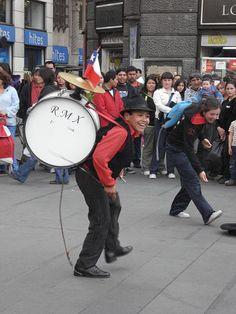 Chinchinero, personaje popular chileno que lleva en su espalda un bombo que golpea con unas varas que simulan ser baquetas de batería, además de dos platillos sobre el bombo, que suenan gracias a la acción de una cuerda, atada a un zapato del ejecutante, quien baila acrobáticamente.