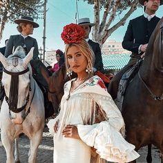 Y con esta foto nos despedimos de la #feriadesevilla, en ella @teresaandresgonzalvo lleva los #pendientesalhambra Spanish Fashion, Spanish Style, Spanish Culture, Flamenco Dancers, American Country, Vintage Vogue, Dance Music, Spain, Mexico