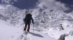 Carlos Soria, subiendo hacia el campo 2 del Annapurna. En la imagen se puede comprobar la enorme cantidad de nieve que cubría la montaña, origen del gran número de avalanchas que sufrió la Expedición BBVA.