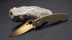 A survival knife is really a multi purpose tool. It can be used to make a shelter, slice wood for kindling, as a first aid tool and as a weapon. Having a good knife is imperative for your survival. Military Knives, Combat Knives, Spyderco Military, Best Sharpening Stone, Knife Sharpening, Survival Day, Survival Knife, Survival Items, Survival Skills