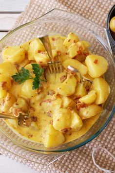 Cartofi noi cu sos carbonara Easy Dinner Recipes, Baby Food Recipes, Great Recipes, Cooking Recipes, Vegetable Base Recipe, European Dishes, Food Porn, International Recipes, My Favorite Food