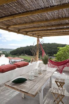 CASA EM FORMA DE ABRAÇO : Varandas, marquises e terraços rústicos por pedro quintela studio
