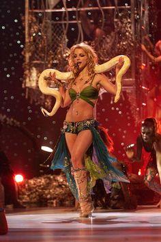 Kaley Cuoco Flawlessly Recreated Britney Spears' 'I'm A Slave 4 U' Performance On 'Lip Sync Battle' - MTV - Britney Spears Costume, Britney Spears Outfits, Circus Britney Spears, Britney Spears 2000, Britney Spears Performance, Britney Spears Body, Britney Spears Music, Britney Meme, Mtv