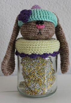 Hallo allemaal, Ik heb 3 nieuwe patroontjes ontworpen voor de Pasen, het Dekselse Paashaasje, Paaskuikentje en Hop potje. Om de kosten voo... Crochet Cozy, Crochet Gifts, Diy Crochet, Crochet Things, Crochet Jar Covers, Crochet Potholders, Bottle Cover, Easter Crochet, Jar Lids