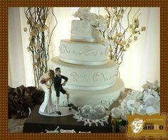 Noivinhos humanizados personalizados e bolo com flores cenográfico, tudo em biscuit/porcelana fria. www.facebook.com/gaiotto.atelier http://agaiotto.blogspot.com/ atelier.gaiotto@gmail.com F: (19) 3012-3588