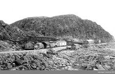 DigitaltMuseum - Bygda Bugøynes med fjell og fiskehjell i forgrunn