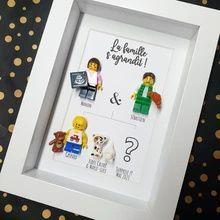 Annoncer sa grossesse de manière originale avec un cadre Lego sur mesure à votre image. Découvrez en image l'accessoire échographie pour la figurine ! Point D'interrogation, Creations, Frame, Portraits, Lego Frame, Father's Day, Frames, Figurine, Picture Frame