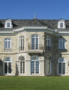 American Country House - Wadia Associates | Luxury Home Builders in Greenwich, CT Country Farmhouse Decor, Farmhouse Plans, Country Kitchen, Florida Mansion, Country House Design, Country Style, Dream House Exterior, House Exteriors, Mansion Interior