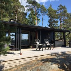 Cabins In The Woods, House In The Woods, Black House Exterior, Summer Cabins, Shed Homes, Lake Cabins, Dark House, House Painting, Bungalow
