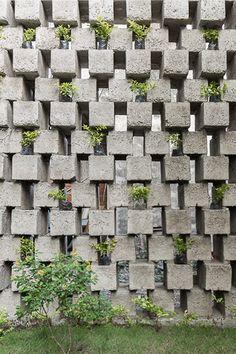 Concrete Blocks in Architecture: How to Build With This Modular and Low-Cost Material,Casa entre Bloques / Natura Futura Arquitectura. Brick Design, Facade Design, Exterior Design, Cinder Block Walls, Cinder Block Garden, Pergola Cost, Pergola Plans, Breeze Block Wall, Concrete Bricks