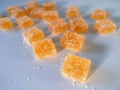 Hjemmelavet frugtflæsk med appelsin er let at lave og kræver kun få ingredienser. En smuk form for julekonfekt, der lyser op på konfektfadet.
