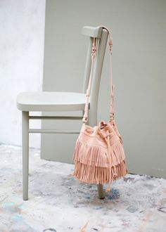 Bag Boxes Trend - Sac rose à franges en croûte de cuir - Un joli sac sceau, it-bag signé Sézane the bag-boxes have been stalking us for longer and with more insistence of what we think, so it's not crazy to say that 2018 will finally be your moment. Trendy Accessories, Fashion Accessories, My Bags, Purses And Bags, Look Boho, Mein Style, Mode Shop, Clutch Bag, Fashion Bags