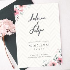 Arte de convite de casamento para imprimir com lindas ilustrações florais e padronagem ao fundo.