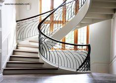 Escalera interior de mampostería con balustre de metal decorativo y pasamanos de madera