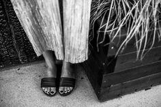 ♥︎ Kesän vaivattomimmat ja kauneimmat sandaalit. http://www.stellaharasek.com/2017/06/metallinhohtoa-ja-mustaa/