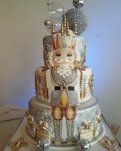 A super design idea - this soldier from the Nut Cracker Suite makes a fantastic Christmas cake Crazy Cakes, Fancy Cakes, Gorgeous Cakes, Pretty Cakes, Cute Cakes, Amazing Cakes, Holiday Cakes, Christmas Desserts, Christmas Baking