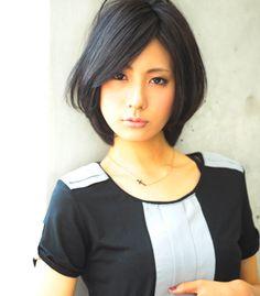黒髪美人スタイル    今回は黒髪です      日本人本来の髪色     黒髪って色んなテイストに組み合わせられるの知ってますか?    例えば  ナチュラル         大人美人         カッコイイカジュアルモード       意外に幅広いのです    今回は大人なイメージで美人に見えるヘアスタイルです。      重すぎるボブスタイルだとすごく重くなりがちなのでひし形になるようにレイヤーを入れる事で黒髪にも柔らかさがでるような効果があります。  シルエットはひし形が小顔効果抜群です。