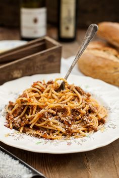 The pasta with Bolognese sauce is perhaps the most classic Italian dishes and also one of the most well-known abroad. Creamy Spaghetti, Homemade Spaghetti Sauce, Homemade Sauce, Italian Dishes, Italian Recipes, Pasta Dishes, Food Dishes, Food Network Recipes, Cooking Recipes