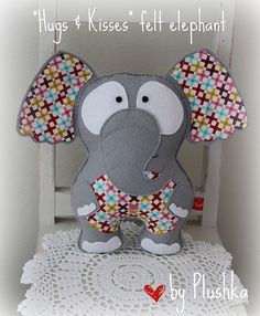 Elephant pillow in felt and cotton fabric.