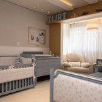 Quarto de bebê menino com decoração clássica nas cores branco, bege e azul, com tema ursos e príncipe.