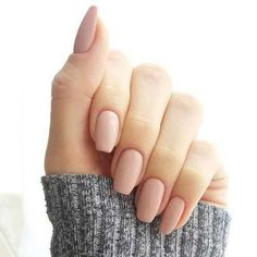 False nails have the advantage of offering a manicure worthy of the most advanced backstage and to hold longer than a simple nail polish. The problem is how to remove them without damaging your nails. Neutral Nails, Nude Nails, Matte Nails, Classy Nails, Trendy Nails, Ongles Roses Clairs, Hair And Nails, My Nails, Nails 2017