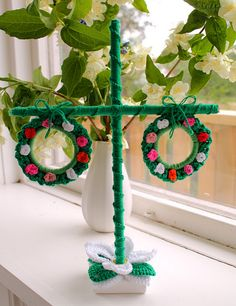 Virka en midsommarstång. May be for summer BUT could be cute for a little feather tree at Christmas