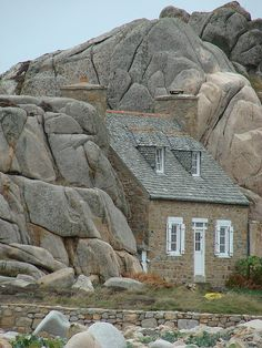 ~Small house built between two rocks - Plougrescant (Brittany, France)~ La petite maison de Plougrescant Unusual Buildings, Beautiful Buildings, Beautiful Places, Small Houses, Little Houses, Architecture Cool, Classical Architecture, Unusual Homes, Cabins And Cottages