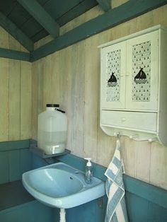 Outhouse must be hand-wash facilities and of course the cabinet toilet paper. Outdoor Sinks, Outdoor Bathrooms, Cabin Bathrooms, Minimalist Living, Simple House, Hand Washing, Toilet Paper, Tiny House, Tub
